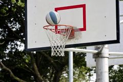 Panneau de basket-ball et bille de basket-ball Photographie stock
