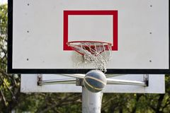 Panneau de basket-ball et bille de basket-ball Photos stock