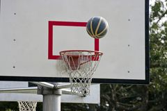 Panneau de basket-ball et bille de basket-ball Images libres de droits