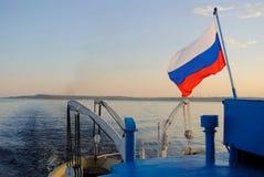 Panneau de bateau sur une rivière photo stock