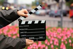 Panneau de clapet de cinéma dans les mains du garçon Images libres de droits