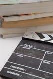 Panneau de clapet en bois avec une pile des livres Images stock