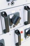 Panneau de commande électrique avec des commutateurs Images stock