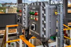 Panneau de commande avec des commutateurs et des lampes Photographie stock libre de droits