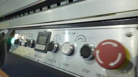 Panneau de commande d'équipement d'usine à l'entreprise industrielle action Plan rapproché d'à télécommande moderne avec des bout clips vidéos