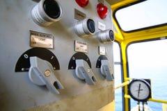 Panneau de commande pour le contrôle la machine Branchez le panneau et le commandez par l'utilisateur Urgence et opération de fon Images libres de droits