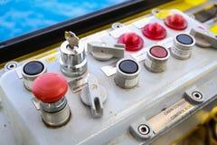 Panneau de commande pour le contrôle la machine Branchez le panneau et le commandez par l'utilisateur Urgence et opération de fon Photographie stock