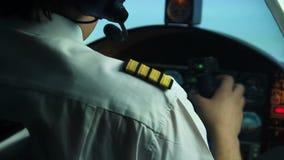 Panneau de commande de vérification pilote masculin et situation de reportage à l'expéditeur de vol banque de vidéos