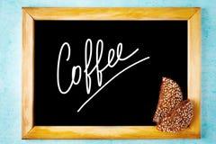 Panneau de craie avec du café blanc des textes dans le cadre en bois Photographie stock