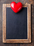 Panneau de craie d'ardoise de vintage et coeur rouge Images stock