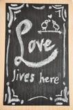Panneau de craie de DIY avec des citations d'amour Images stock