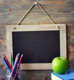 Panneau de craie noir, de nouveau à l'école et à apprendre le spac de copie de concept Images libres de droits