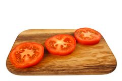 Panneau de découpage avec des parts de tomate Photos libres de droits