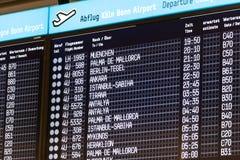 Panneau de départ à l'aéroport de Cologne Bonn, Allemagne Photographie stock