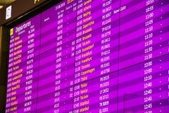 Panneau de départs d'aéroport international de couleur pourpre images libres de droits