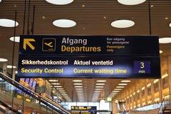 Panneau de déviation dans l'aéroport de Copenhague Images libres de droits