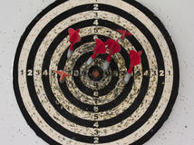 Panneau de dard avec accrocher sur le mur Photo libre de droits