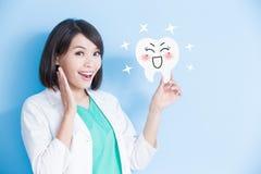 Panneau de dent de prise de dentiste de femme image stock
