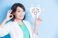 Panneau de dent de prise de dentiste de femme Images stock