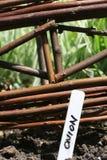 Panneau de frontière de sécurité et repère en osier de jardin Photographie stock libre de droits