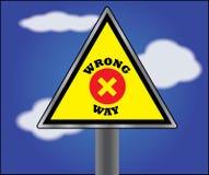 Panneau de l'information ou de signe pour la voie fausse avec le ciel bleu à l'arrière-plan Photos libres de droits