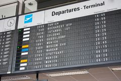 Panneau de l'information de vol à l'aéroport international, horaire de terminal de départ Images stock