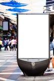 Panneau de la publicité sur une rue serrée Image libre de droits
