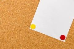 Panneau de liège avec la note collante goupillée Image stock
