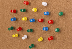 Panneau de liège avec le sort goupilles colorées Photo libre de droits