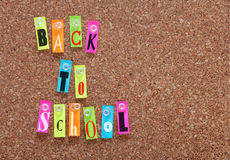 Panneau de liège avec les mots de nouveau à l'école Photo stock