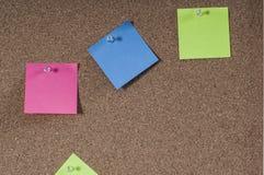 Panneau de liège avec les notes colorées de courrier Images libres de droits