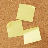 Panneau de liège avec les notes jaunes Images stock