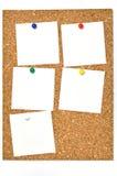 Panneau de liège et notes blanc. Images libres de droits