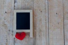 Panneau de menu aux coeurs noirs et rouges placés sur un plancher en bois Photo libre de droits