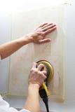 Panneau de mur de meulage dans la réparation de la maison Image stock