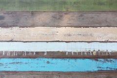 Panneau de mur en bois coloré multi images libres de droits