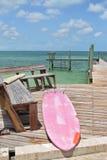 Panneau de palette fané sur le dock photographie stock
