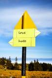 Panneau de panneau routier en métal jaune amour, haine Photos libres de droits