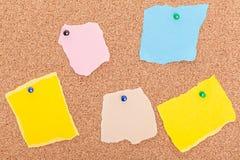 Panneau de papier déchiré de liège de punaises de notes Photo stock