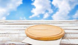 Panneau de pizza et serviette de papier sur la table en bois photo stock