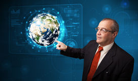 Panneau de pointe émouvant de la terre 3d d'homme d'affaires Photo libre de droits