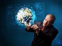 Panneau de pointe émouvant de la terre 3d d'homme d'affaires Photos libres de droits