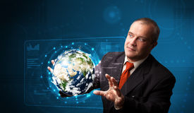 Panneau de pointe émouvant de la terre 3d d'homme d'affaires Images libres de droits