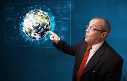 Panneau de pointe émouvant de la terre 3d d'homme d'affaires Image stock