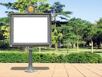 Panneau de publicité sur un stationnement images libres de droits