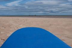Panneau de ressac de mousse regardant à la mer avec des surfers de débutant sur l'eau Photographie stock libre de droits