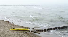 Panneau de ressac jaune se trouvant au rivage Images stock