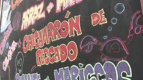Panneau de restaurant de fruits de mer dans la langue espagnole Conçu pour la présentation banque de vidéos