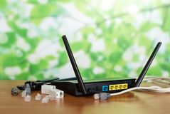 Panneau de routeur pour la connexion, les connecteurs et les adaptateurs, câble sur le fond vert images libres de droits