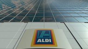 Panneau de Signage avec le logo d'Aldi Façade moderne d'immeuble de bureaux Rendu 3D éditorial Images stock